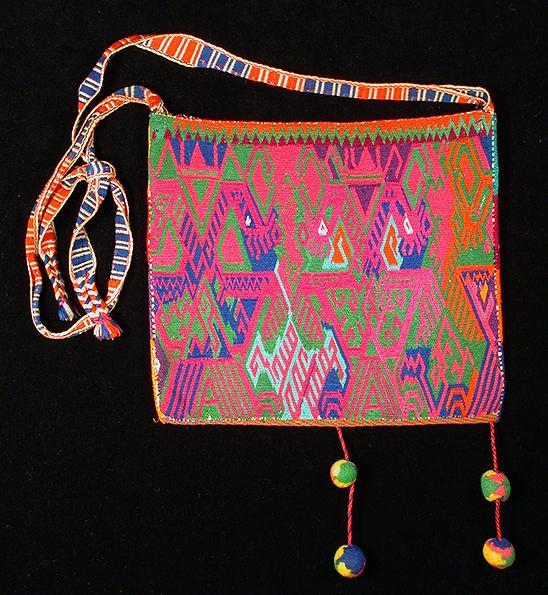Embroidered shoulder bag, kutsiuri - Photograph ©Yvonne Negrín 2018