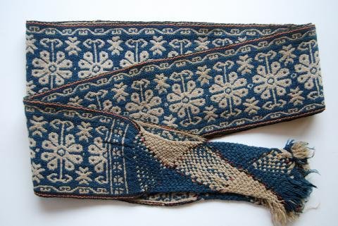 A very finely spun and woven wool man's belt using indigo dye. Photograph ©Yvonne Negrín 2002 - 2018