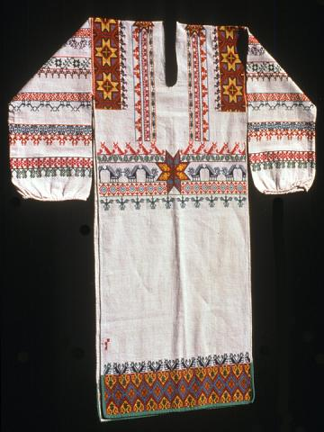 Man's embroidered shirt (kutuni). Photograph ©Yvonne Negrín 2003 - 2018